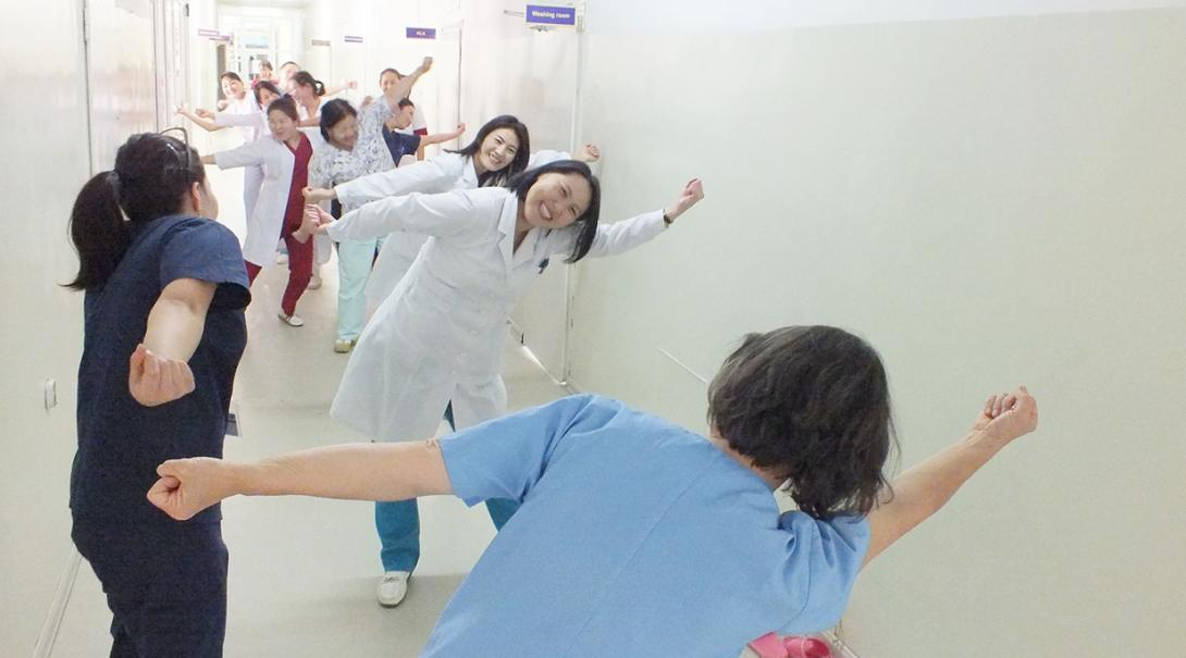 モンゴルの病院で現地職員へのトレーニングを行う医療インターン
